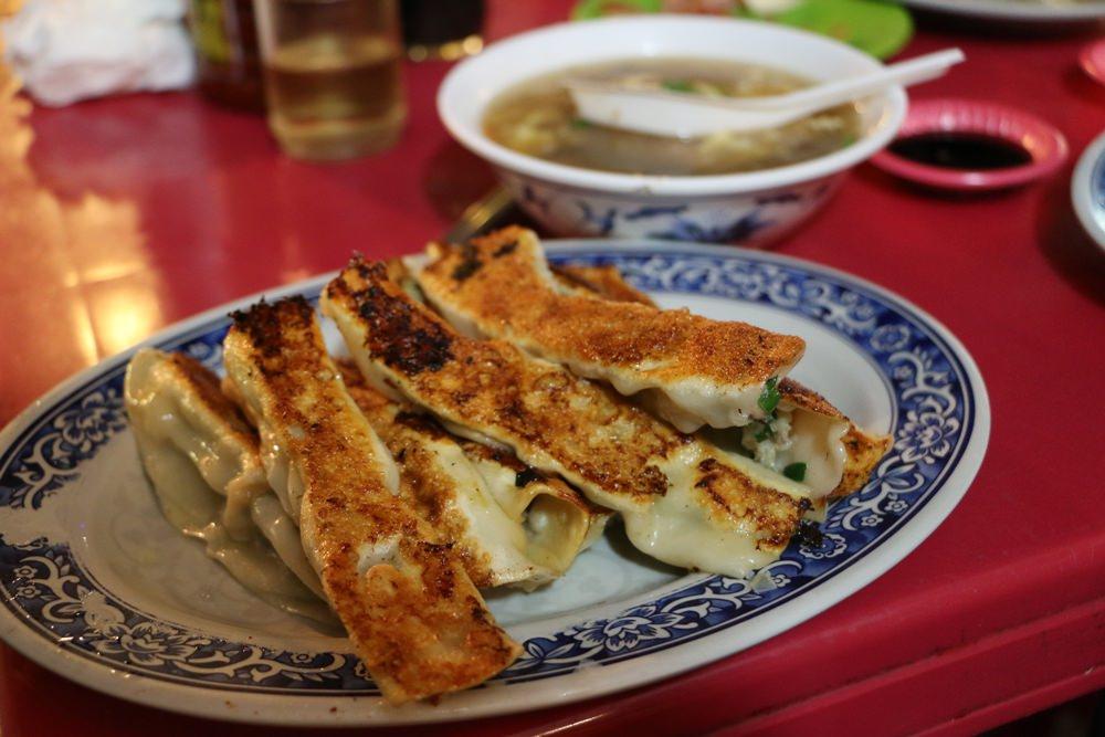 基隆廟口美食 三姊妹鍋貼 在地人都吃這味 基隆廟口酥脆鍋貼 酸辣湯便宜有料